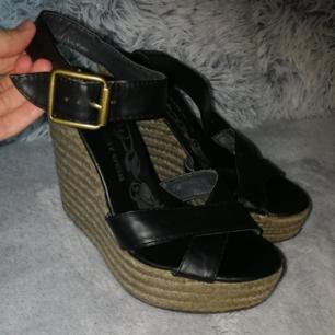 Sommar skor. Kil klack. Väldigt sköna, använda 2 ggr men för stora för mig.