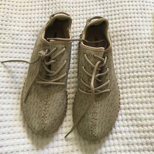 Beiga Adidas yeezys (AA KOPIOR) köptes på stylesinfashion för 900 kr. Aldrig använda och mycket fint skick. Köparen betalar för frakten.😋