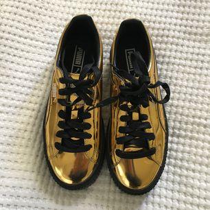 Feta guld sneakers från puma i storlek 39. ALDRIG ANVÄNDA och köptes för 1000 kr på footlocker. Säljes pga för små. Desperat efter köpare så säljer dem för billigt säkert lol.
