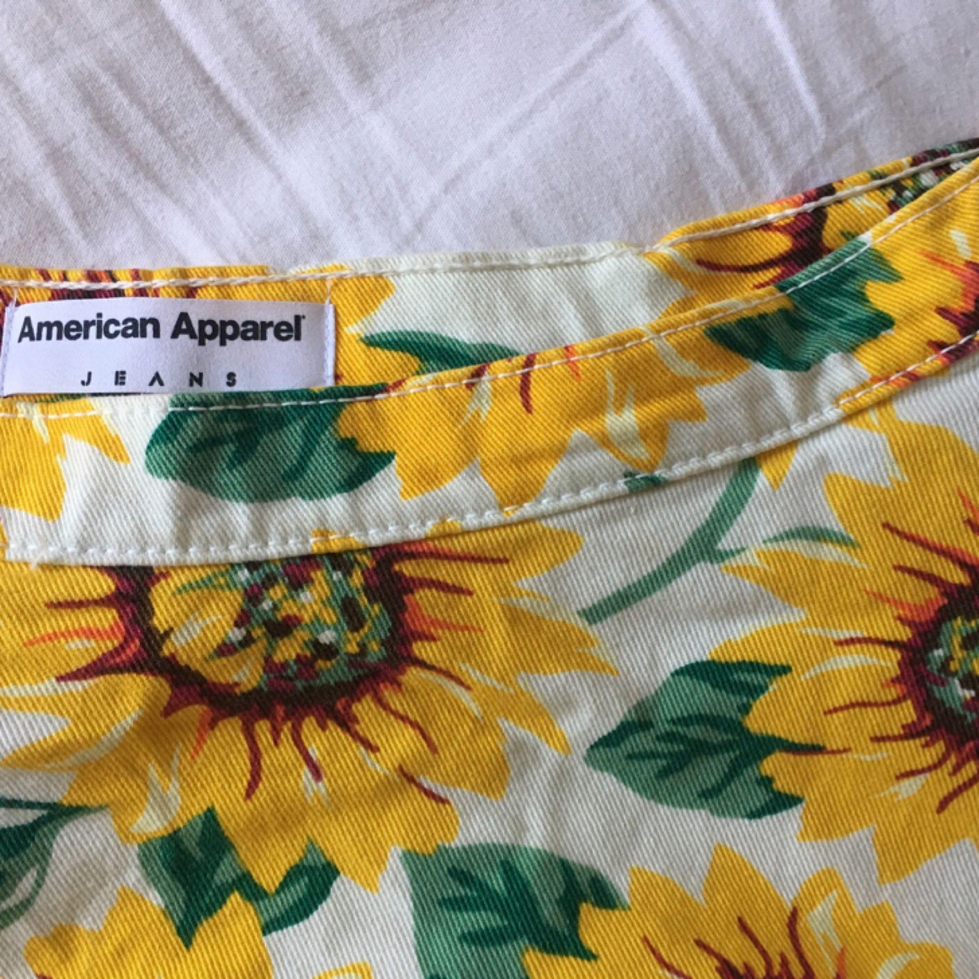 Jeanskjol från american apparel som knappt är använd. På bilden håller jag ihop den i midjan lite eftersom att den är för stor för mig, så man ska kunna se hur passformen är. Frakt ingår,  betalning genom swish🌻. Kjolar.