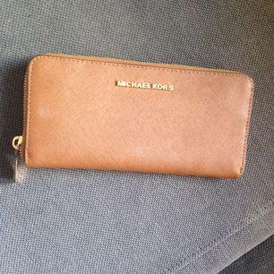 Säljer min äkta Michael kors plånbok, knappt använd. Nypris ca: 1400kr. Mitt pris : 400kr.