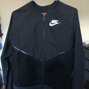 Tunn jacka från Nike, tycker om den jättemkt men knappt använd då den är aningen för liten för mig! Frakt ingår, betalas genom swish <3