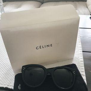Säljer mina svarta Céline audrey solglasögon då de nästan aldrig kommit till användning. Nypris 3599 från Nelly