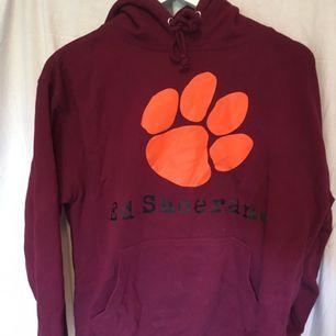 Ed Sheeran hoodie i nyskick dvs mjuk och skön, använd fåtal ggr. Strl M men är lite mindre och skulle passa även S. Nypris 300