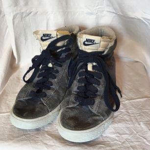Endast använda inomhus. Mycket sköna skor. Säljer pga används ej. Sliten stil redan som nya. Köpta för 999.