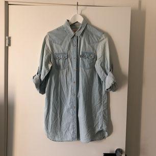 Levi's skjorta i vintagestil, storlek S men passar XS också om man vill ha den lite oversized. Inte använd så många gånger så är i bra skick! Kan mötas i Sthlm eller skicka, köparen står för frakt.