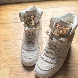 Säljer mina MK skor, varsamt använda och köpta för något år sen, säljer för att jag inte använder dem så mycket 350 kr plus frakt, kan mötas upp i Skövde och Skara