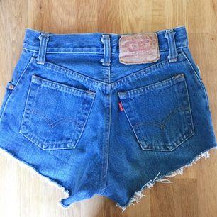 Superfina vintage Levi's shorts! Fint skick. Stängs med knappar! Säljer då de tyvärr är för små för mig, det står ingen storlek men passar en XS men inte en S ✨ Priset går att diskutera 🐉