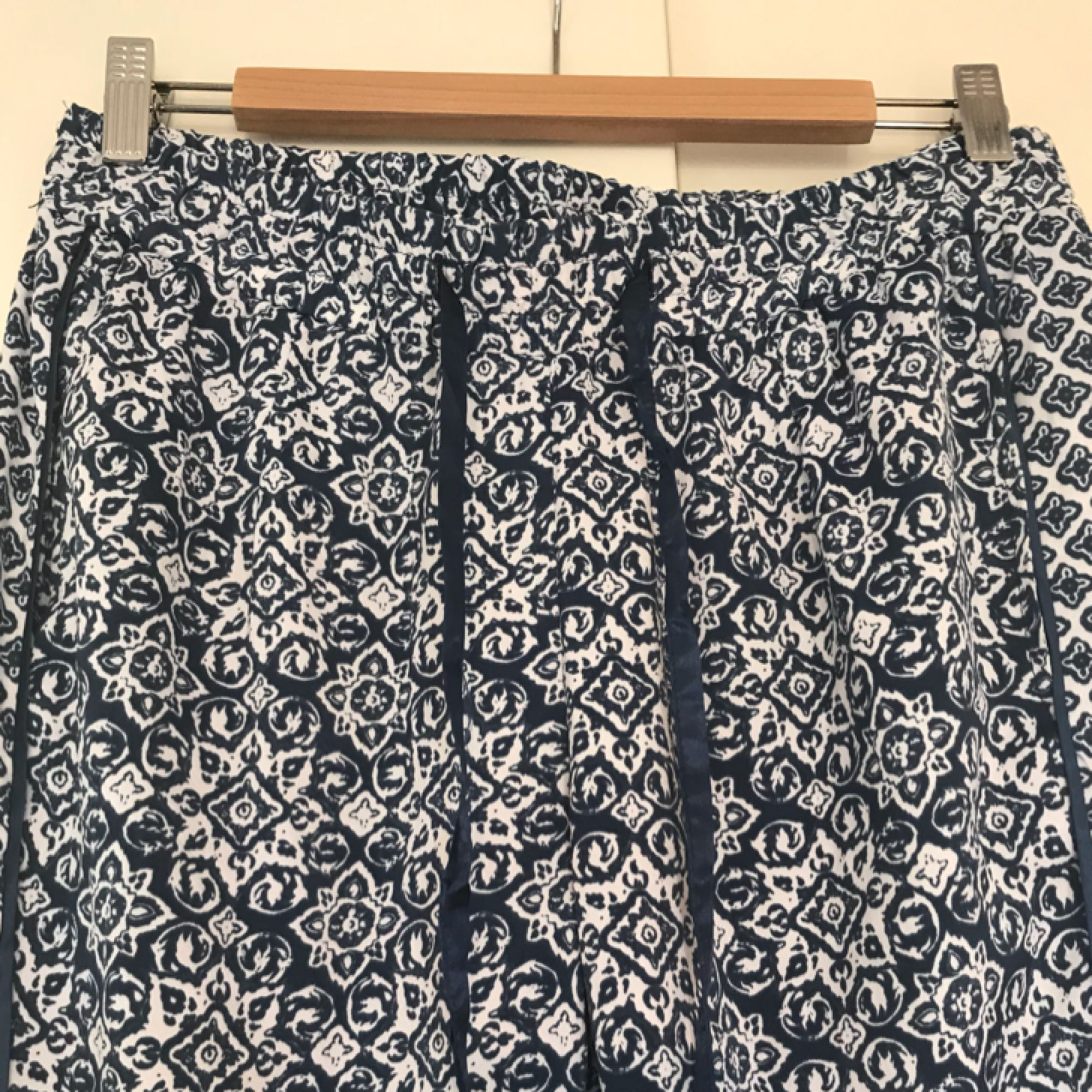 Härliga byxor från bikbok i vitt och blått. Endast använda en gång. Frakten är 20:- ☀️. Jeans & Byxor.