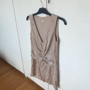 Champagnefärgad klänning från Nelly i märket Jeane Blush, storlek XS. Använd vid ett tillfälle. Frakten är 20:- ☀️ djur/rökfritt hem 🦋