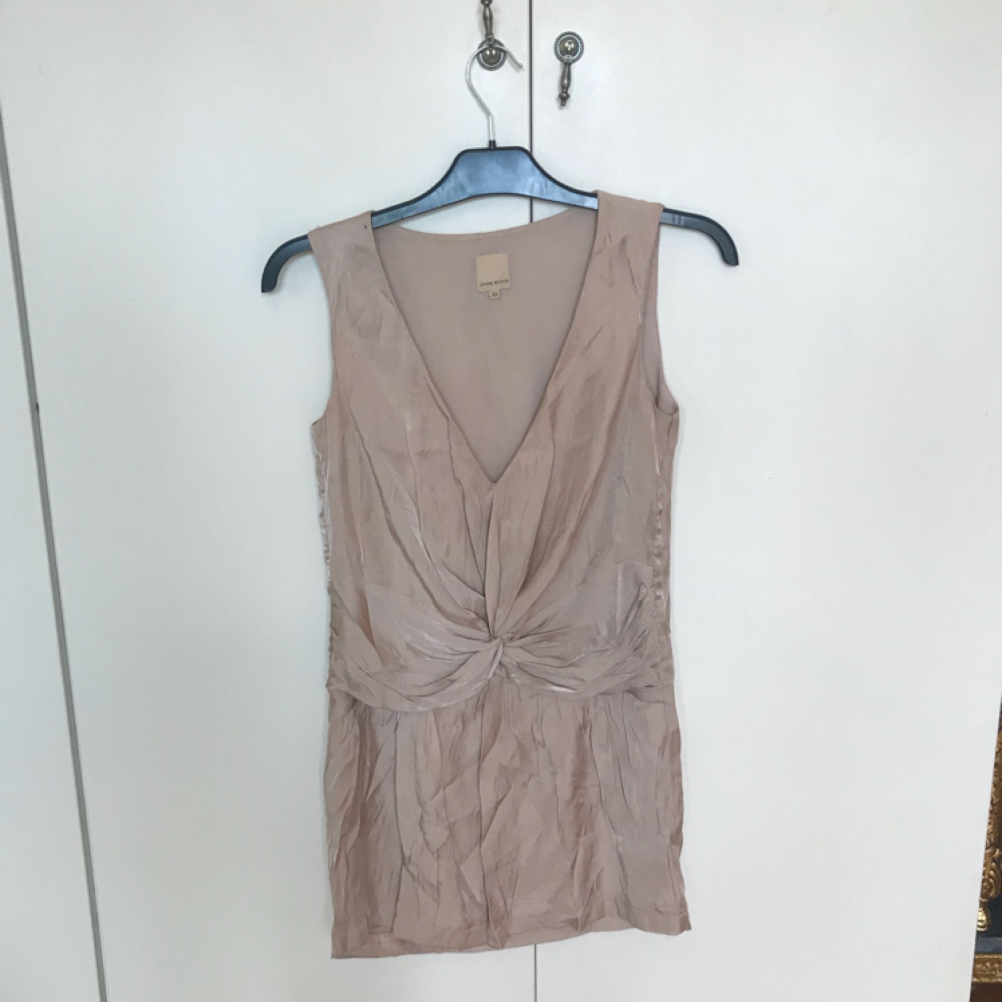 Champagnefärgad klänning från Nelly i märket Jeane Blush, storlek XS. Använd vid ett tillfälle. Frakten är 20:- ☀️ djur/rökfritt hem 🦋. Klänningar.