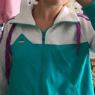 Cool tracksuit jacka/hoodie från Adidas!! Schyssta färger som påminner om 80-tal💜💜 köparen står för frakt
