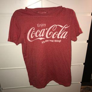Cola-cola t-shirt, sjukt snygg över långärmade tröjor !!