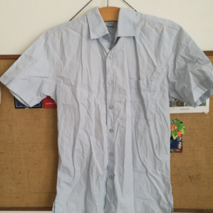 Filippa K. Men's shirt size M. But fits size lady S / M depending on how you want it to sit :) Shipping is added