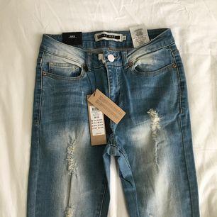 säljer dessa byxor från sandelins med slitningar👖helt nya med prislapp kvar. fick dem som present med dem va för stora tyvärr. kostar 350kr egentligen🌻 frakt kostar 55kr📦