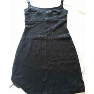 Svart klänning från Hennes i strl 36. Justerbara axelband. Lite noprig på vissa ställen men märks inte mycket. Frakt: 30 kr