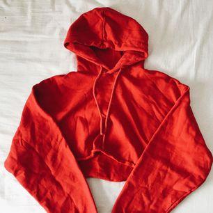 🔥 skrikröd hoodie som är croppad. använd men forf som ny. 🔥