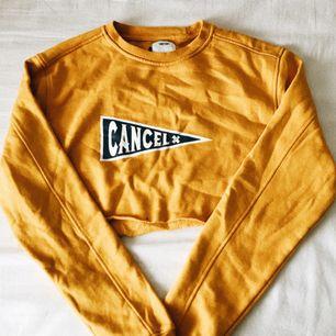 gul sweatshirt som är croppad. använd men forf som ny. 💛🌼