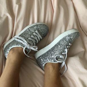 ✨ Glittriga sneakers ✨ Använda en gång, medföljer både vita och silverglittriga skosnören.