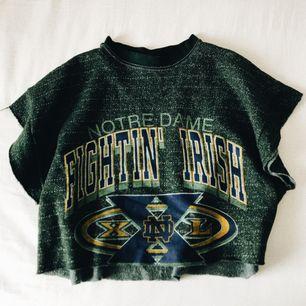 💚 kortärmad sweatshirt från urban outfitters vintage-avdelning i London. använd men forf som ny. 💚