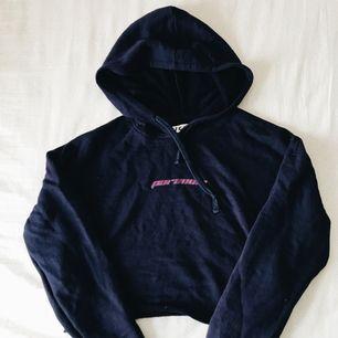 """💙💜 marinblå hoodie som är croppad med trycket """"paranoia"""" i lila. aldrig använd. 💜💙"""