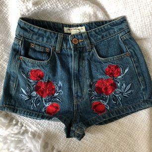 Supersnygga högmidjade jeansshorts i storleken 32/XXS från H&M's Coachella kollektion. Aldrig använda då dem är för korta för mig. Frakt tillkommer