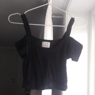 ❤️ Hemsk snygg off-shoulder croptop från urban outfitters (pins and needles) ❤️