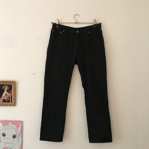Svarta jeans från Cheap Monday i rak modell. Mötas upp eller köparen står för frakt.