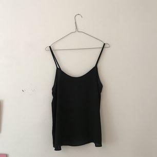 Svart tunt linne från Topshop. Luftigt och faller fint!! Mötas upp eller köparen står för frakt.
