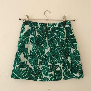 Såå fin kjol med underbara gröna löv! Den gröna färgen är lite starkare i färg än på bilden. Mötas upp eller köparen står för frakt.
