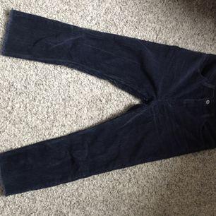 Manchester- byxor från GANT, mycket fint skick! Kortare modell i en så himla fin mörkblå färg, fin kvalitet och känns exklusiva! Köpte för ca 800 kr! ✨