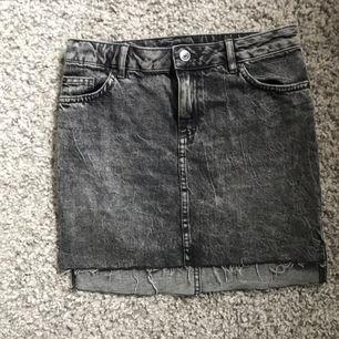 Stentvättad jeanskjol från h&m divided! Oanvänd från förra sommaren! Så snygg till en vit t- gjort t.ex!✨