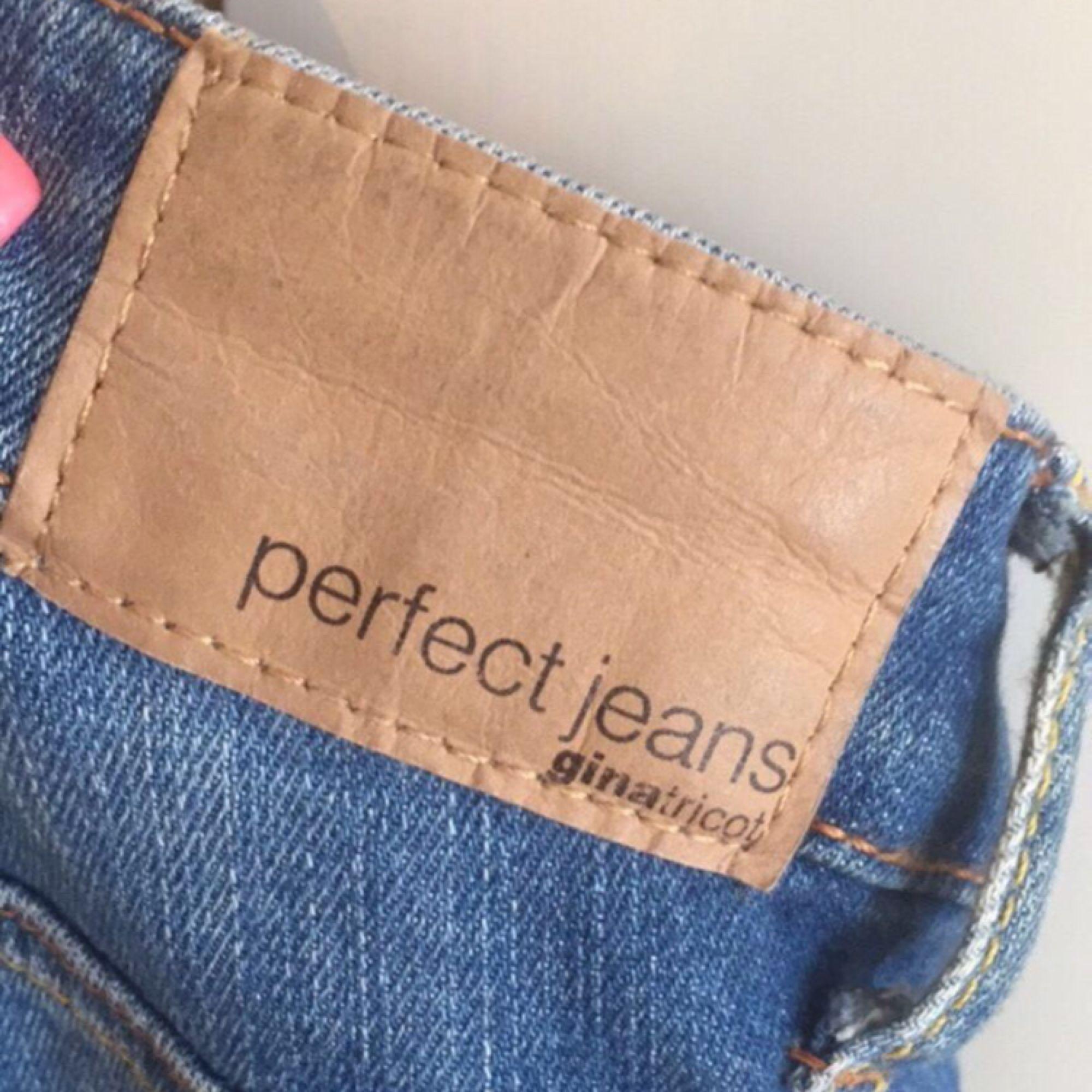 lisa jeans i storlek 36 inköpta på gina tricot för 399:-. Jeans & Byxor.
