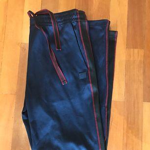 Acne Studios trousers Navy färg (Norwich Face) köpta i Stockholm på Acne Studios vid Florgatan 13. Helt nya, knappt burna.   Långa i längd och ganska tunga.