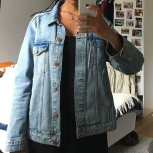 Blå jeansjacka från Monki! Storlek L men sitter lagom oversized på mig som vanligtvis har s/m💗💕