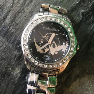 En klocka från Marc Ecko med Swarovski-stenar. Använd men gott skick, inget direkt slitage - klockan fungerar. Finnes på Södermalm, Stockholm. Kan postas men då står Du för frakten. Mvh Marija