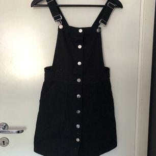 Svart hängselklänning från H&M
