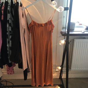 Super fin klänning använt en gång behöver strykas. Frakt 55kr ❤️