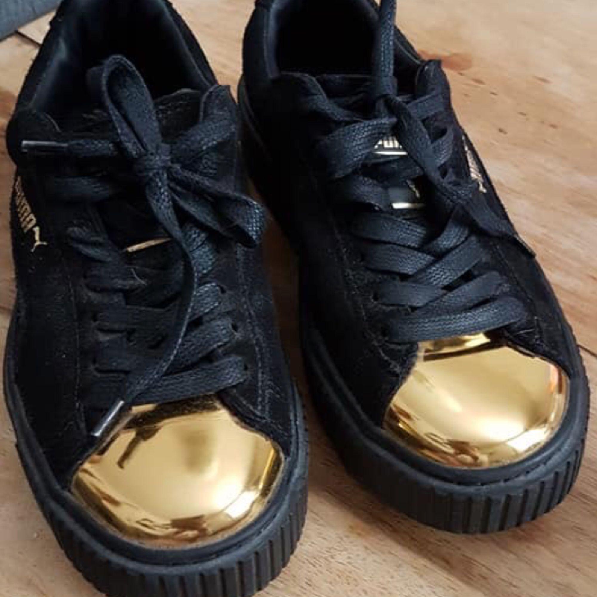 Puma suede creepers gold  Använda en gång  Vann på en gala men fick tyvärr i fel storlek och har därför inte kunnat använda dem.  Kan mötas upp i Stockholm annars tillkommer frakt i priset. . Skor.
