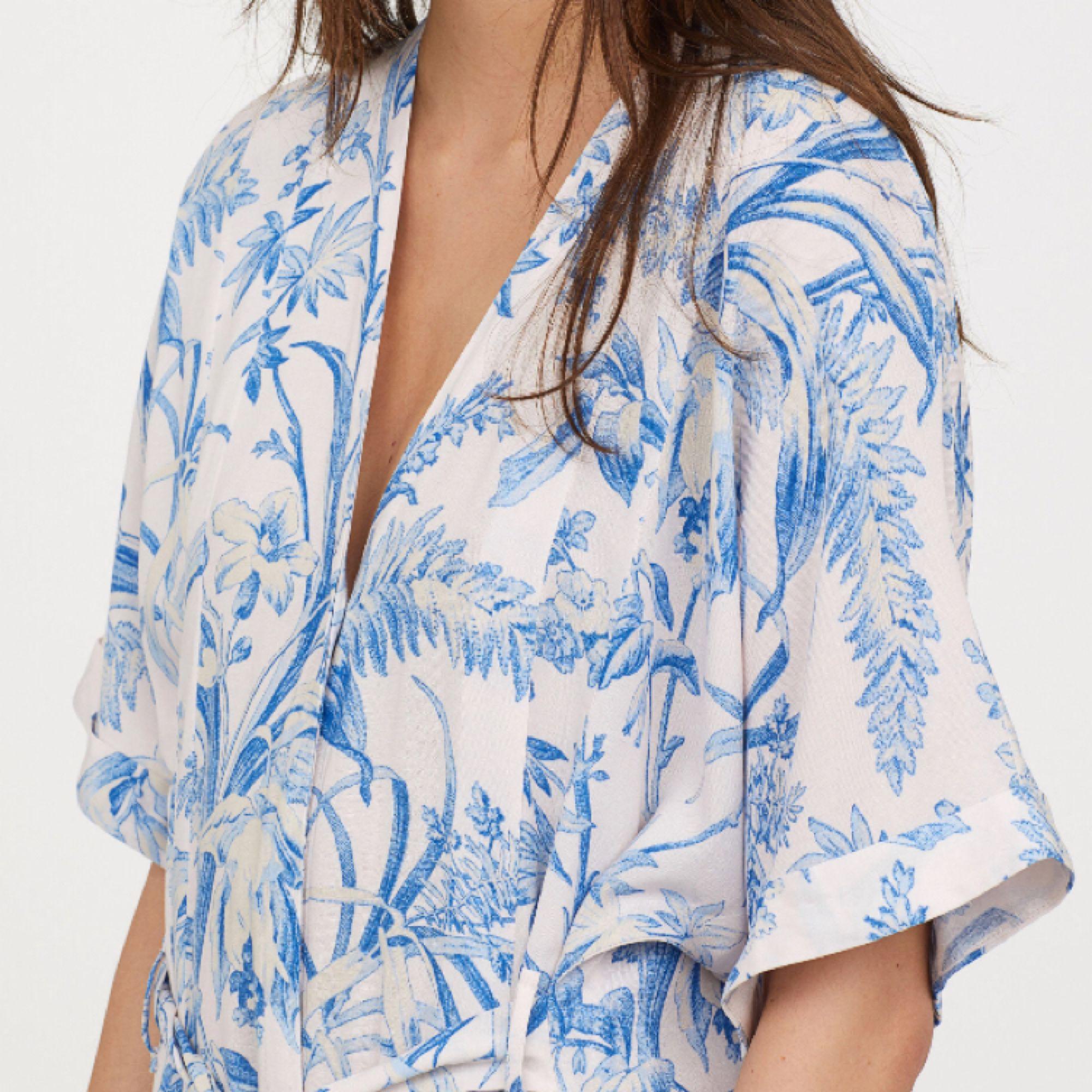 Kaftaklänning super fin i fint skick passar dig som har storlek s/m   Frakt: 55kr . Klänningar.