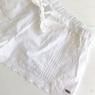 SUPERSÖTA vita spetsshorts som aldrig kommit till användning. Passar S/M. Helt i nyskick! Köparen står för frakt 💌
