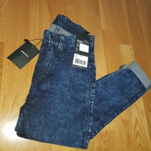 Jätte fina byxor i storlek S  Inte använda som ni ser så finns prislappen på  De har bara varit i garderoben utan användning