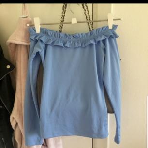 En fin off shoulder tröja från gina tricot  I storlek xs