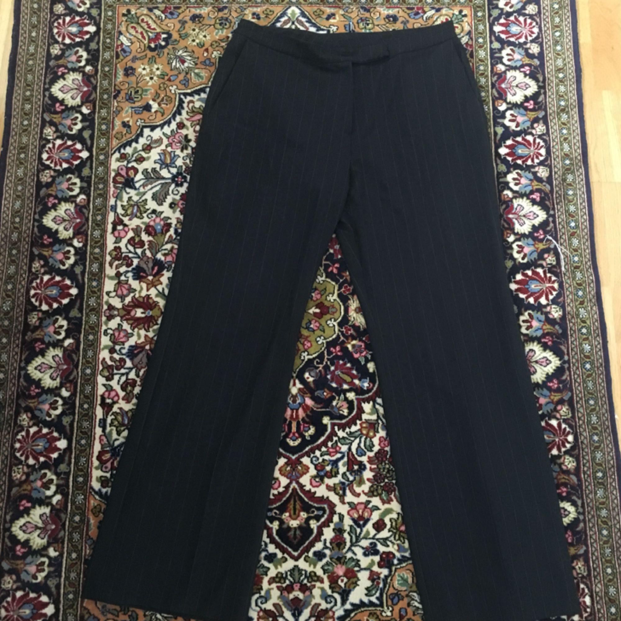 Snygga kostymbyxor köpt på secondhand med vita ränder. Väldigt sköna och bekväma! Passar dig som är en storlek 40/42 👌⭐️  . Jeans & Byxor.