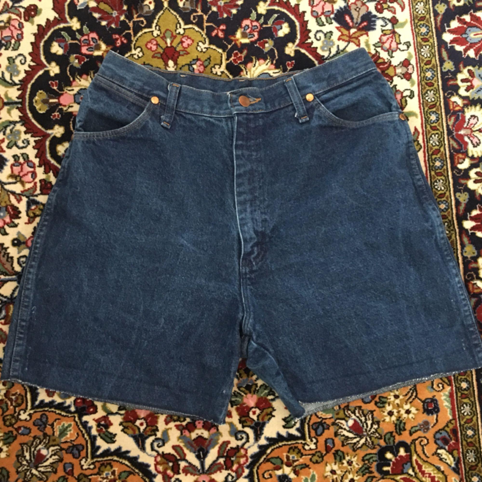 Snygga jeansshorts från wrangler! Passar dig som är storlek 40/42! Frakt ingår i priset om vi inte kan mötas upp i Lund ⭐️👌   . Jeans & Byxor.