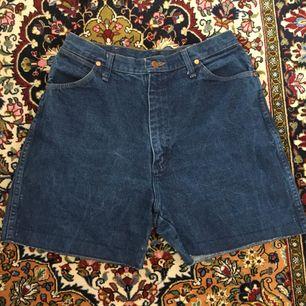 Snygga jeansshorts från wrangler! Passar dig som är storlek 40/42! Frakt ingår i priset om vi inte kan mötas upp i Lund ⭐️👌