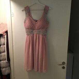 klänning chase 7  oanvänd klänning nude färg med fina detaljer  Köpt på Debenhams i London Storlek: 12 (storlek 38- funkar för st 40 )  Längd: Knälång