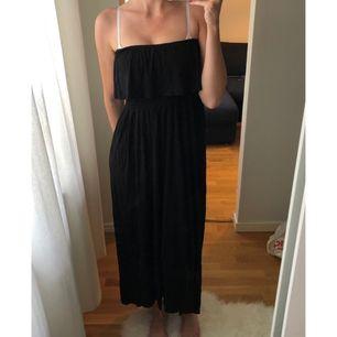 Säljer en svart tub-klänning utan axelband som är använd fåtal gånger och har sedan endast hängt i garderoben. Mycket fint skick utan fläckar eller skador. Kan skickas eller mötas upp i Stockholm. Köparen betalar frakten ca 40kr😊