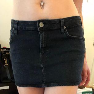 En svart jeanskjol märket Lee (äkta). Använd fåtal gånger och har sedan endast hängt i garderoben. Mycket fint skick utan fläckar eller skador. Kan skickas eller mötas upp i Stockholm. Köparen betalar frakten ca 40kr😊