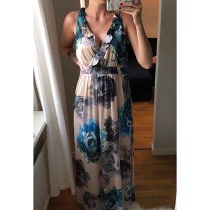 En somrig långklänning. Använd fåtal gånger och har sedan endast hängt i garderoben. Mycket fint skick utan fläckar eller skador. Kan skickas eller mötas upp i Stockholm. Köparen betalar frakten ca 40kr😊